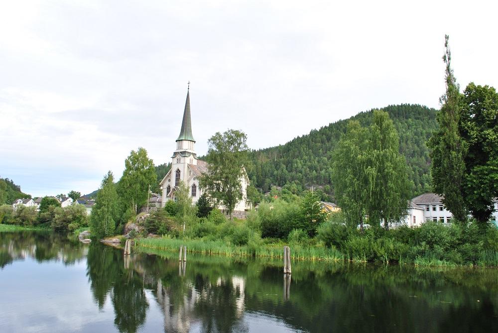 Kirche am Ufer des Telemarken Kanals