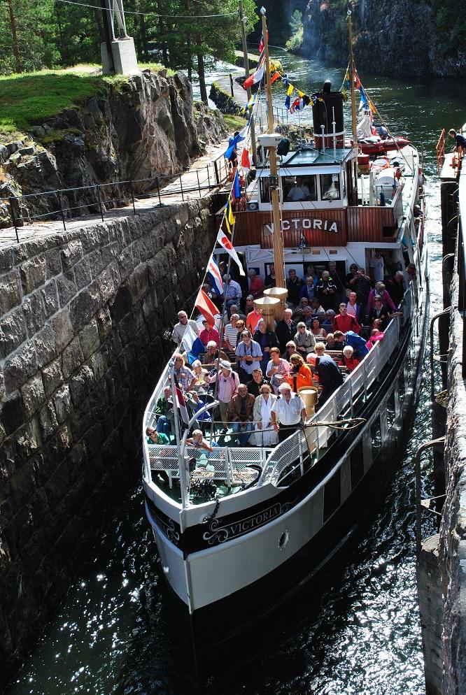 Die MS Victoria fährt in die Vrangfossen Schleuse ein