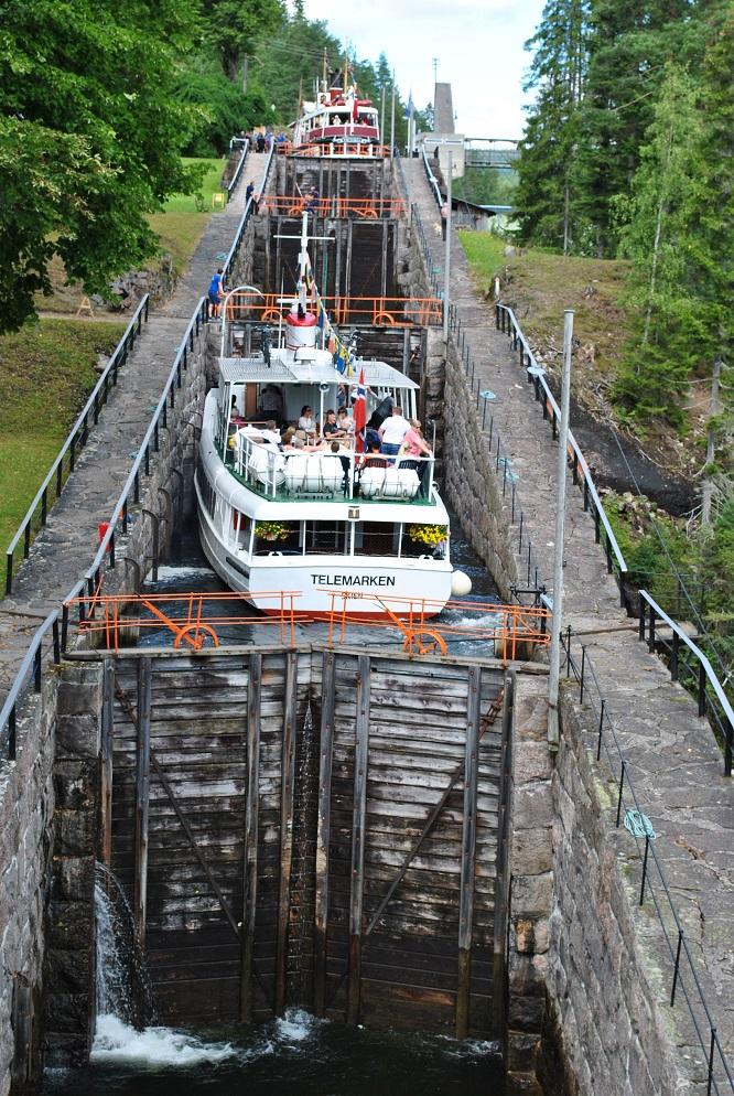 Zwei Schiffe werden 23 Meter nach oben gehoben