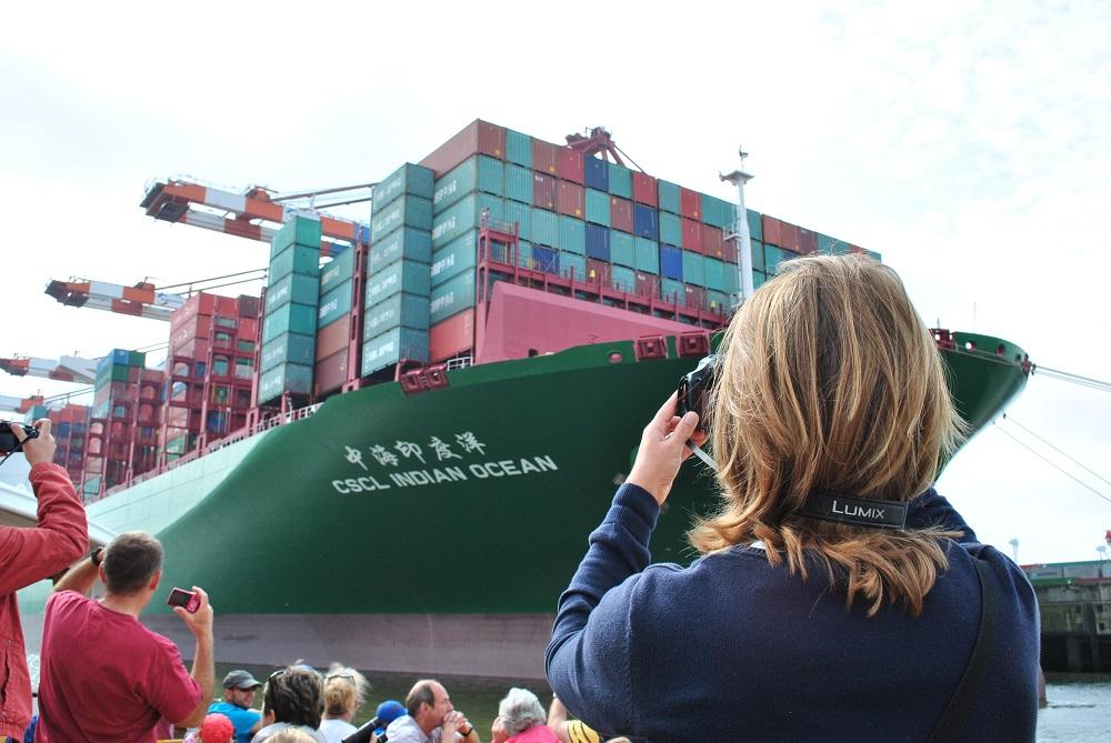 Ein 400m lange und 53m breites Frachtschiff