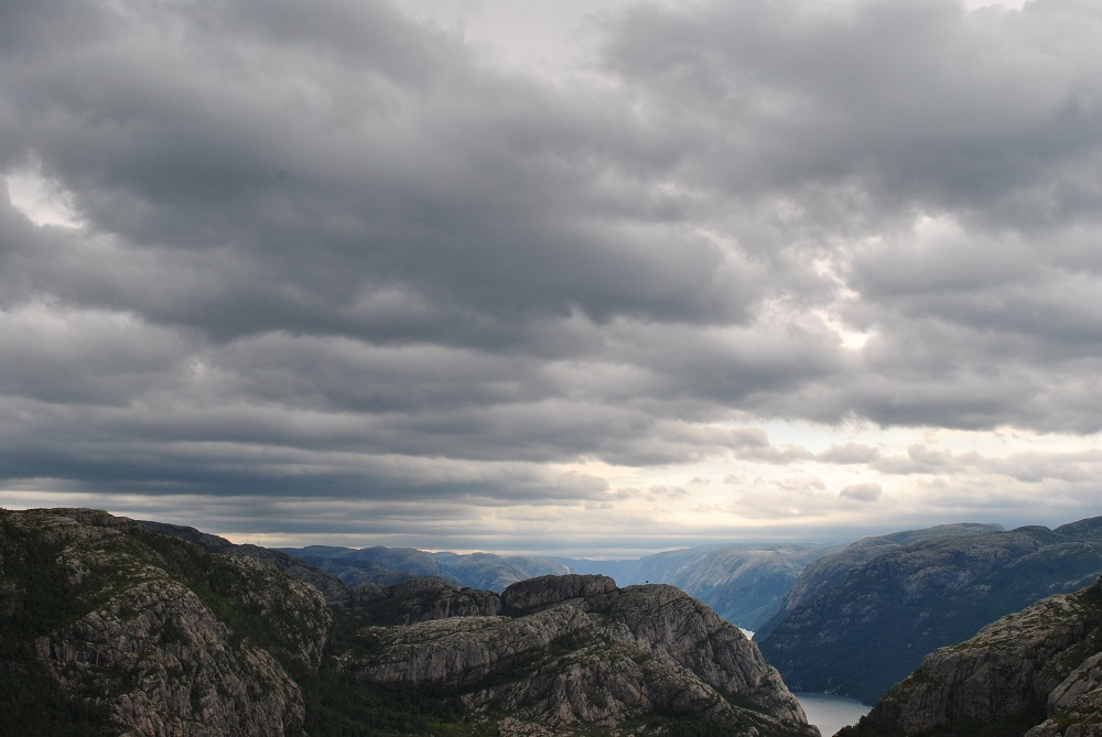 Dunkle Wolken über den Sysefjord
