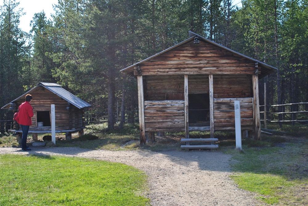 Hütte und Vorratsspeicher der Samen im Museum