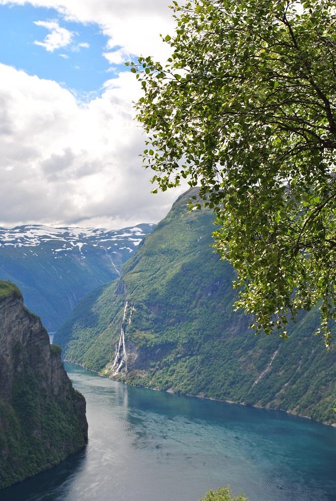 Steile Felswände und Wasserfälle im Geiranger
