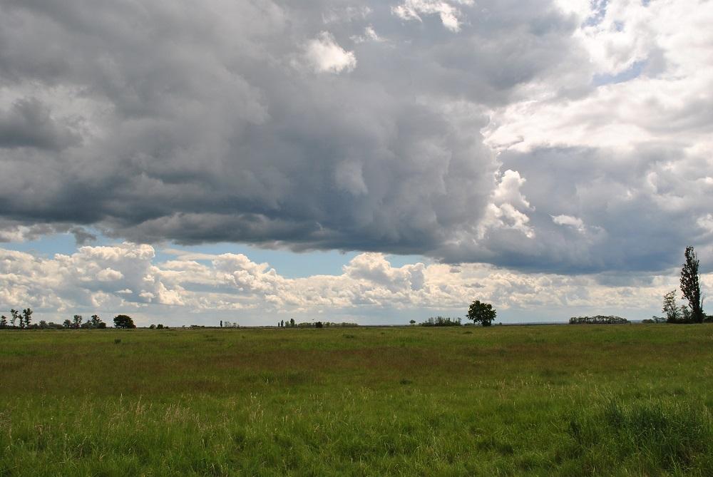 Wolken türmen sich an der Langen Lacke