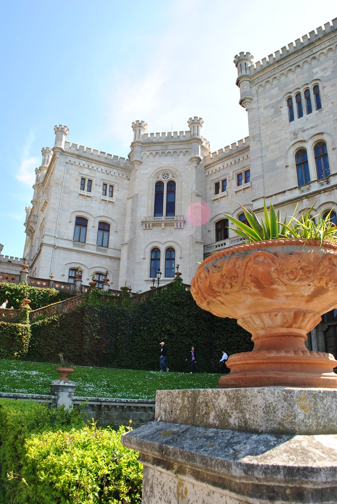 Das Schloss Miramare vor Triest
