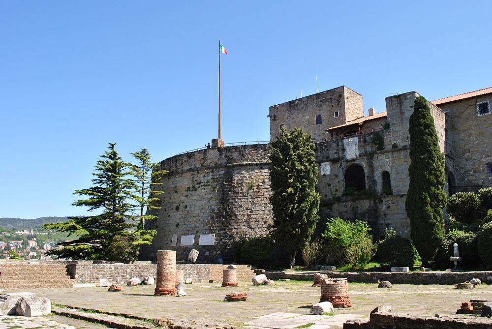 Castello di San Giusto mit Forum romanum